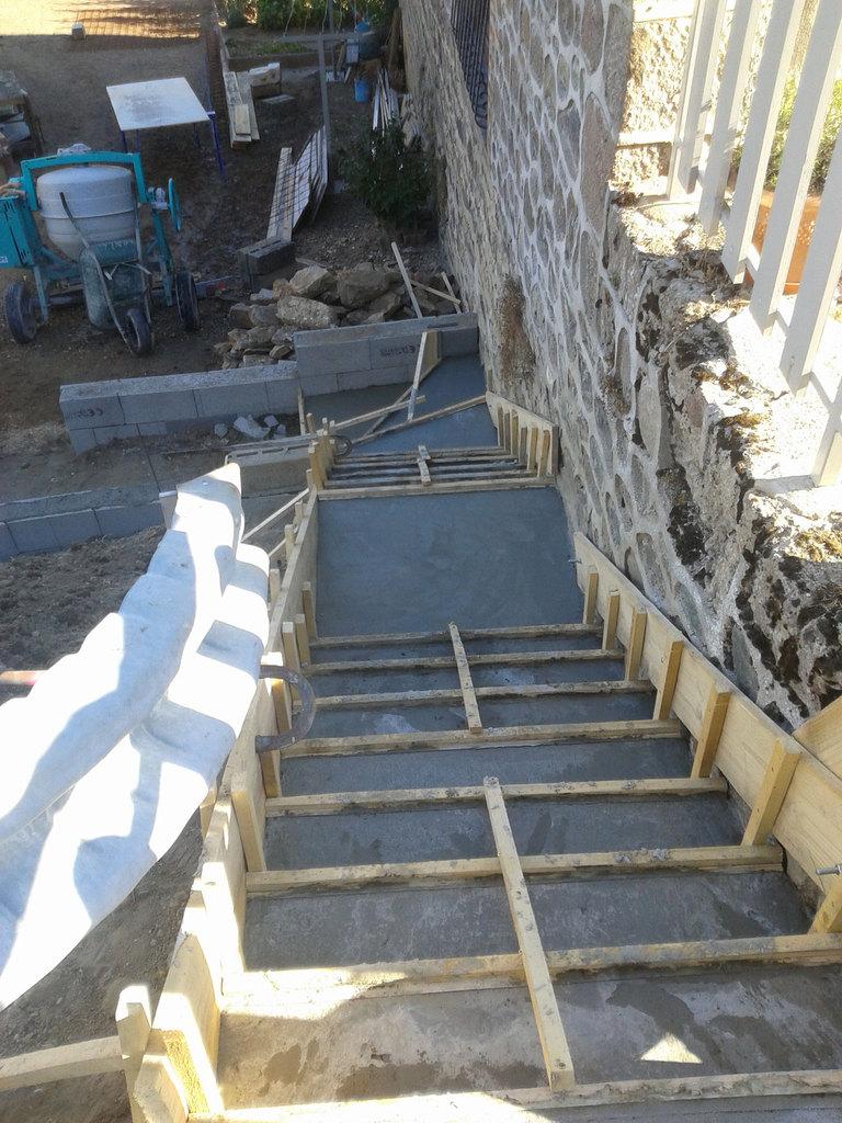 Escalier vaux en beaujolais niollet coordination travaux nct - Coffrage escalier exterieur ...
